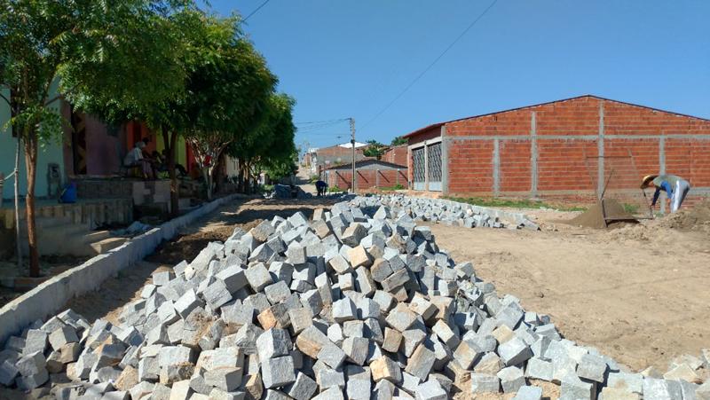 A Prefeitura de Igaracy retoma construção de calçamento